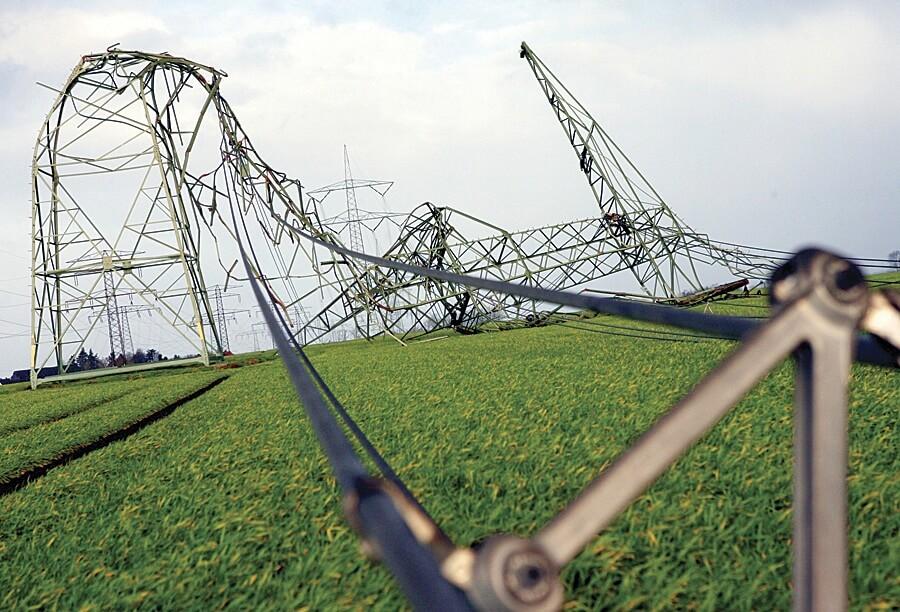 Fot. 1. Zdjęcie linii napowietrznych uszkodzonych podczas wichury.