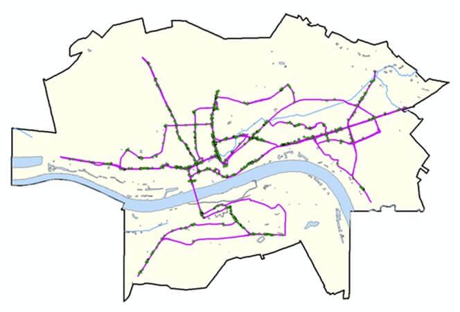 Rys. 1. Ostateczny rezultat pomiaru tuż po przeniesieniu danych z instrumentu do programu ArcMap 10 – trasa przebyta w terenie (kolor fioletowy) wraz z punktami (kolor zielony) określającymi lokalizację zarejestrowanych nośników reklamy zewnętrznej.
