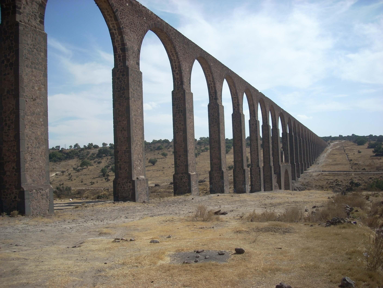 Fot. 10. Akwedukt Ojca Tembleque ukończono po 17 latach budowy w 1570 roku. Na jego szczycie znajdowały się dwie niezależne linie do przesyłania wody. W czasie, gdy jedna byla używana, drugą czyszczono.