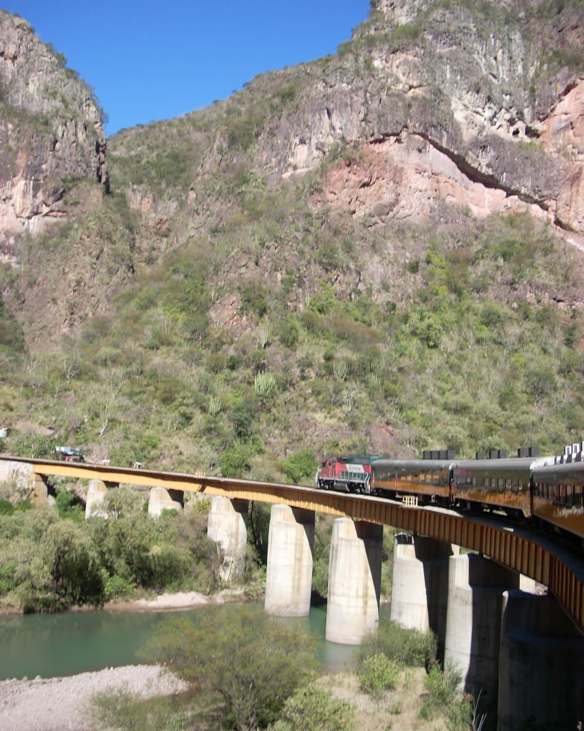 Fot. 11. Pociąg El Chepe na dystansie ok. 160 km wspina się na wysokość 2000 m n.p.m., pokonując przy tym 37 okazałych mostów i 86 tuneli.