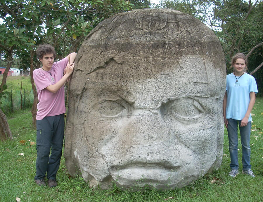 Fot. 1. Jedna z 17 odnalezionych głów olmeckich. Ta akurat nie należy do największych i może dlatego pozostawiono ją w miejscu, gdzie zostala odnaleziona. Największe przetransportowano do muzeów i specjalnych parków w La Venta i Villahermosa.