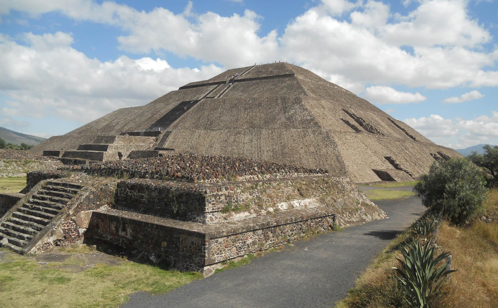 Fot. 2. Piramida Słońca w Teotihuacan ma podstawę o wymiarach niemal identycznych jak piramida Cheopsa w Gizie.