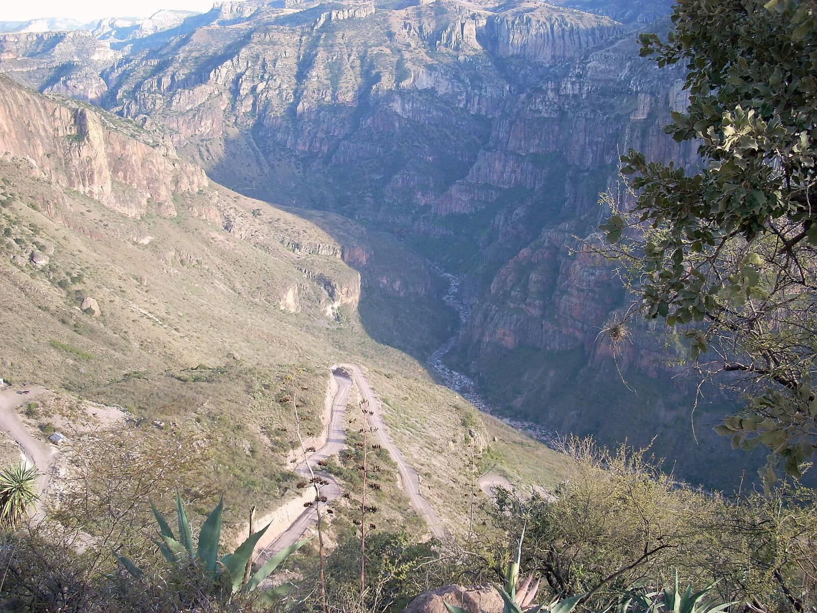 Fot. 3. Miedziany Kanion jest o 600 m głębszy niż Wielki Kanion Kolorado w Arizonie. Na jego dno można zjechać zarówno samochodem, jak i rowerem.