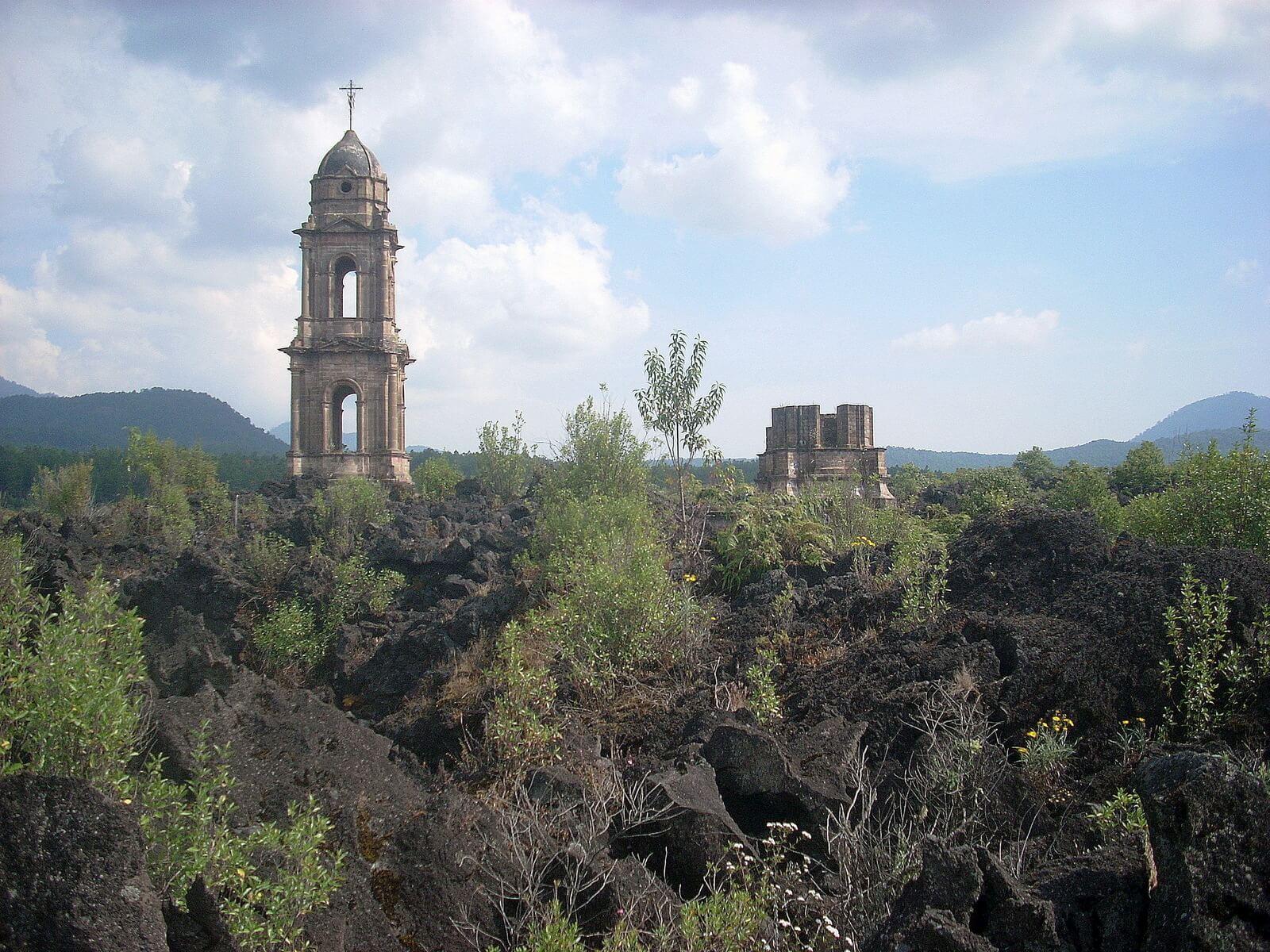 Fot. 7. Paricutin – zalany lawą kościół, jedyny obiekt, jaki pozostał po całym miasteczku.