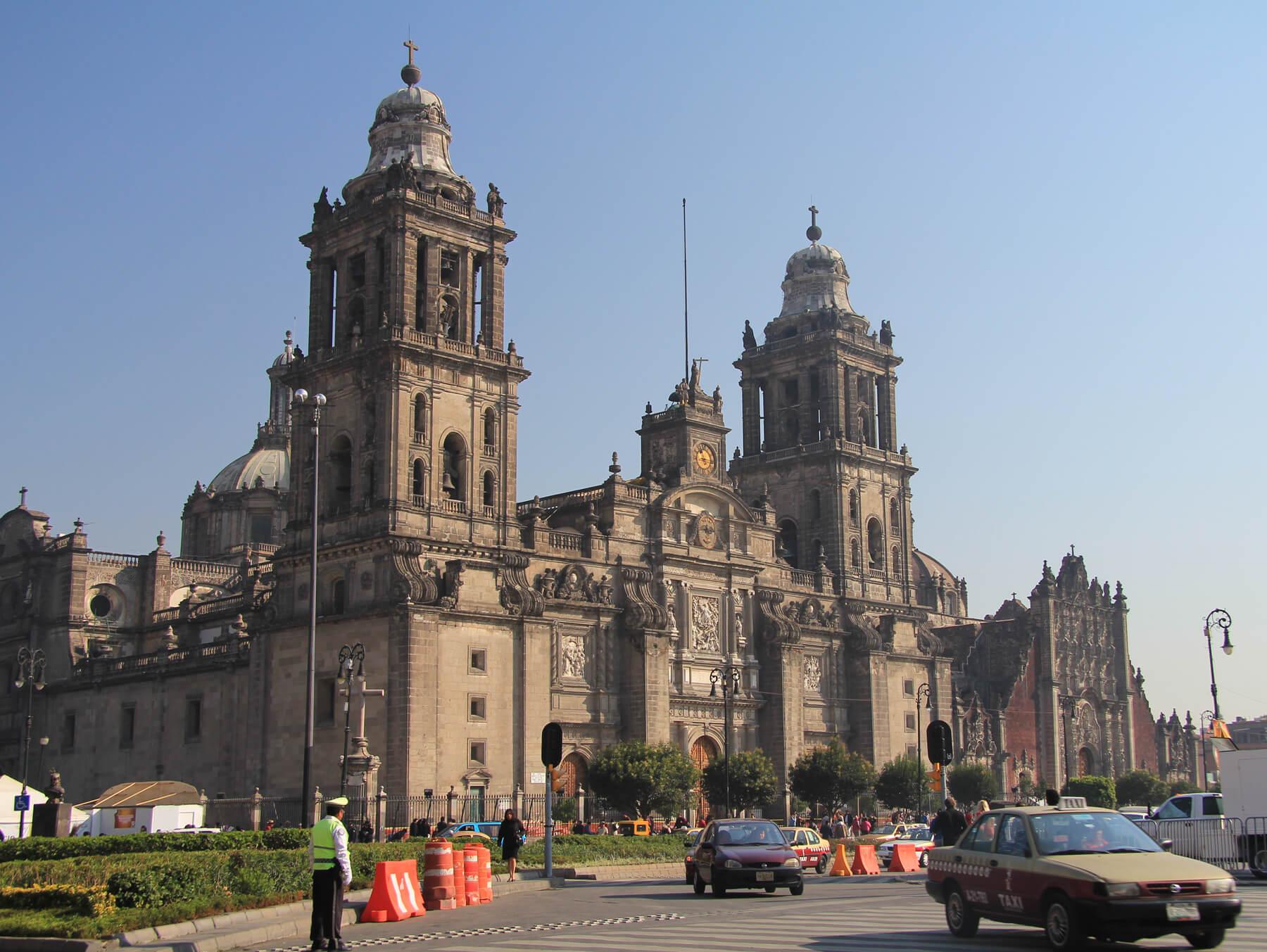 Fot. 9. Katedra w Mexico City zawiera w sobie 17 osobnych kaplic. Na jej wieżach zawieszono 25 dzwonów, sposród których największy waży o 2 t więcej niż dzwon Zygmunt.