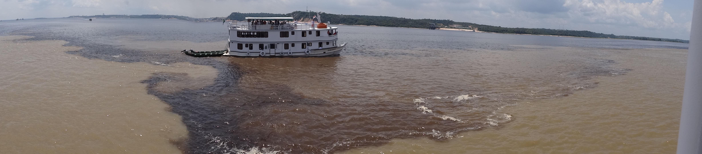 Miejsce spotkania się wód tworzących Amazonkę: białych (Rio Solimoes) oraz czarnych (Rio Negro). Fotografia: Piotr Wężyk.