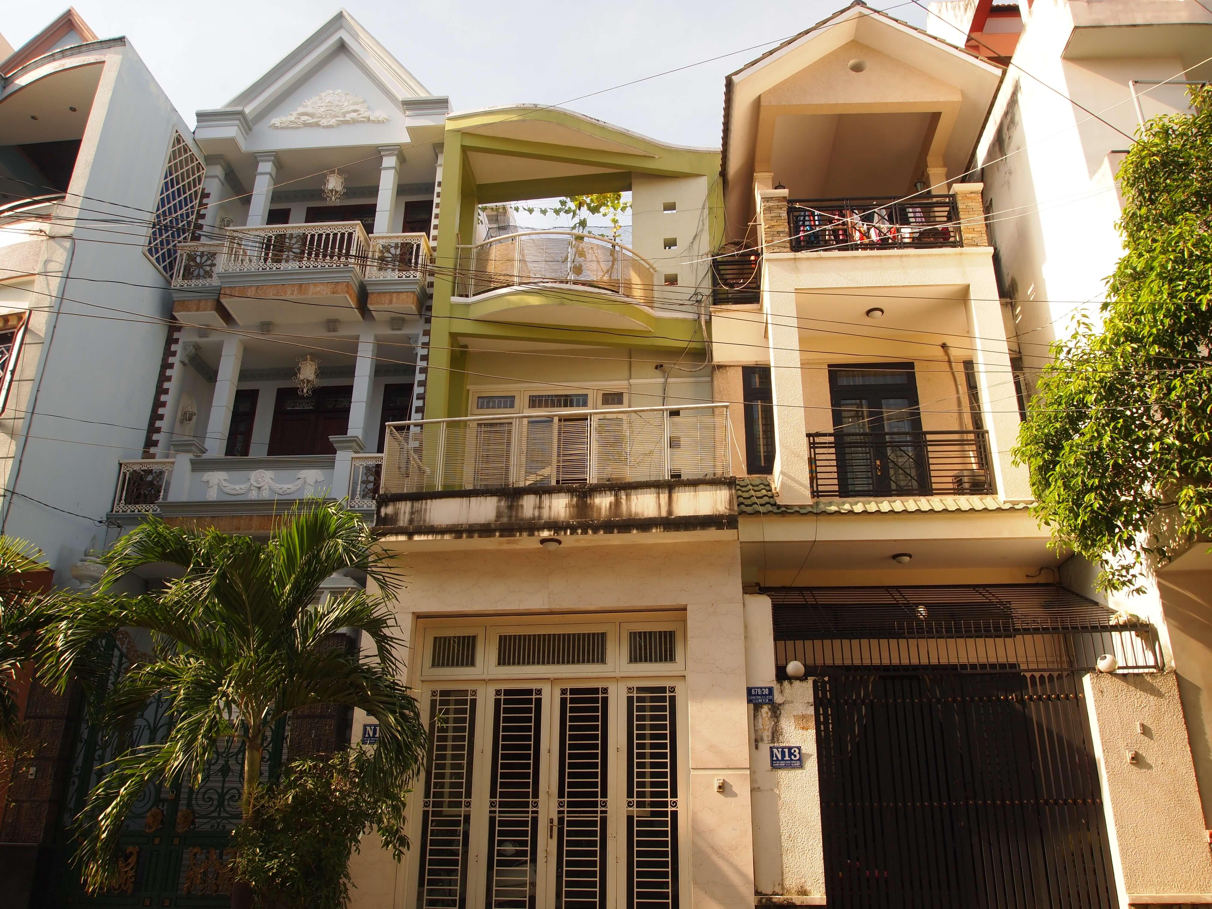 Domy przy dość zamożnej ulicy w Sajgonie