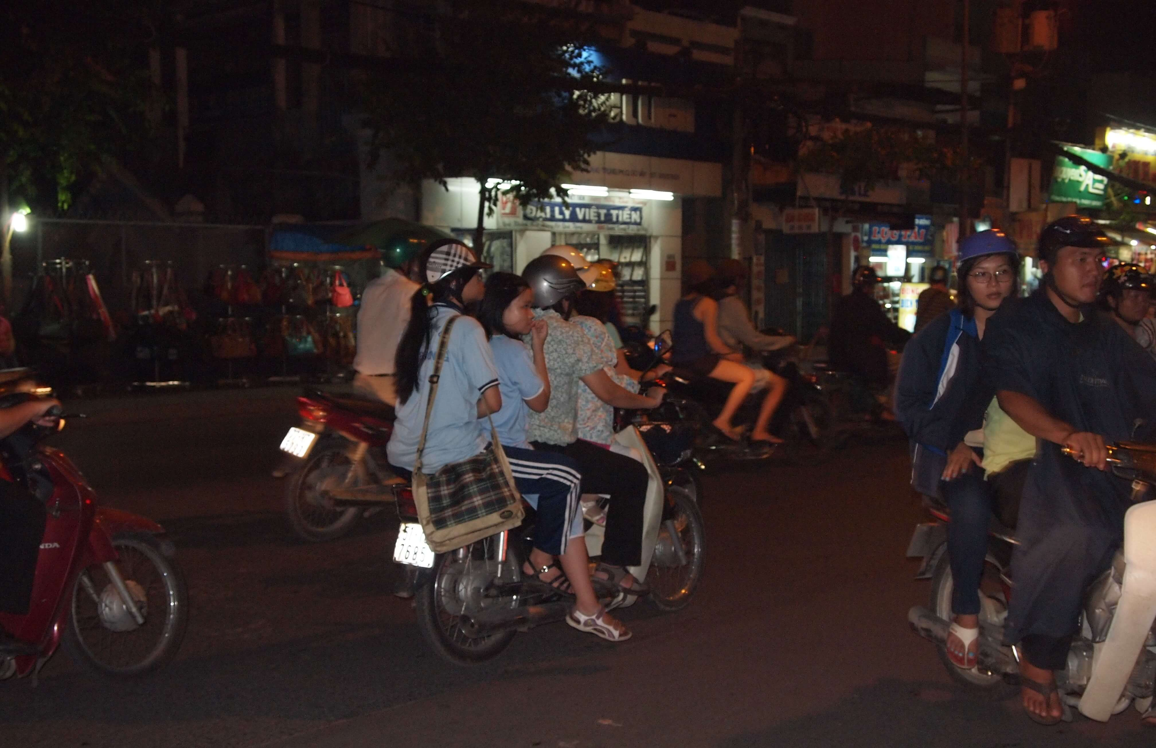 Wieczorem ulice są pełne ludzi. Wietnam udowadnia, że na motocyklu da się przewieźć wszystko i wszystkich
