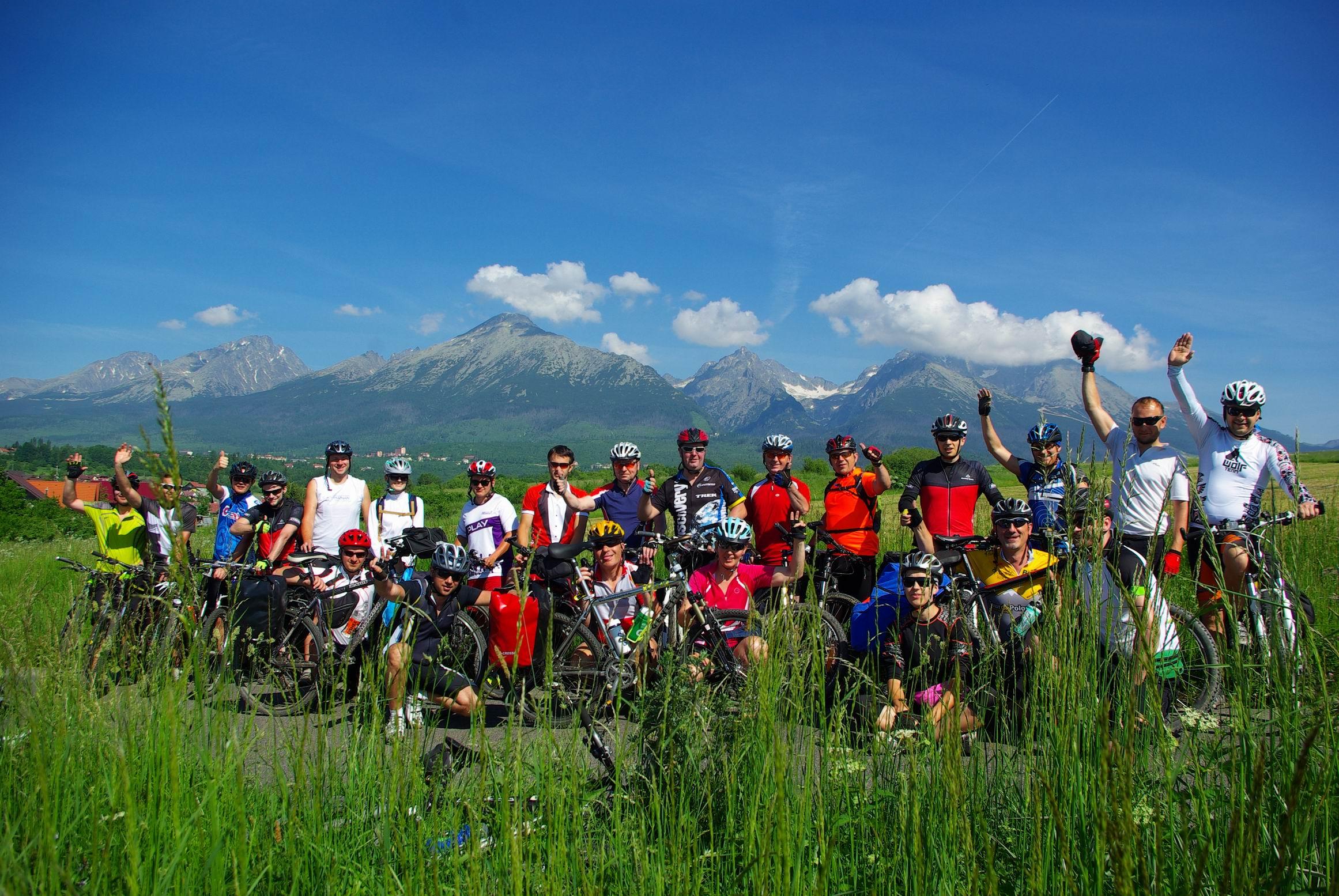 Fot. 1 Uczestnicy wyprawy Dookoła Tatr – widok na Tatry Słowackie