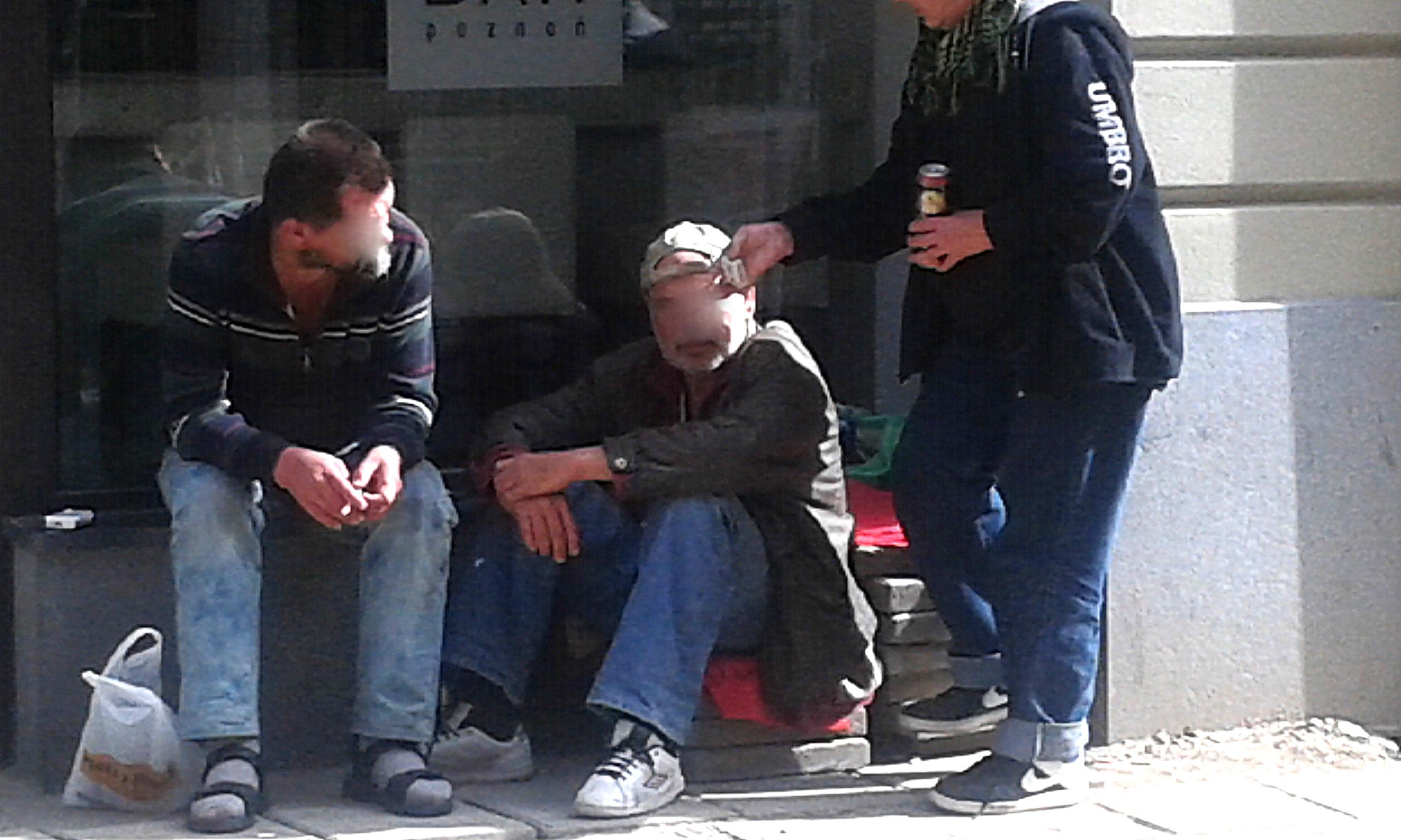 Fot. 2. Osoby prawdopodobnie bezdomne i bezrobotne, spożywający alkohol na ulicy Wrocławskiej, wykonanie własne 15.09.2015