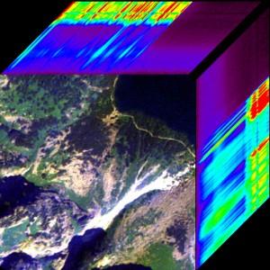 Ryc. 1. Wizualizacja wielowymiarowa data cube fragmentu Tatr Wysokich z zobrazowania hiperspektralnego ROSIS. Na pierwszym planie przedstawia się dowolną kompozycję RGB, a na górnej i lewej krawędzi z przesunięciem jednego piksela obrazuje się odpowiedzi spektralne kolejnych kanałów zobrazowania.