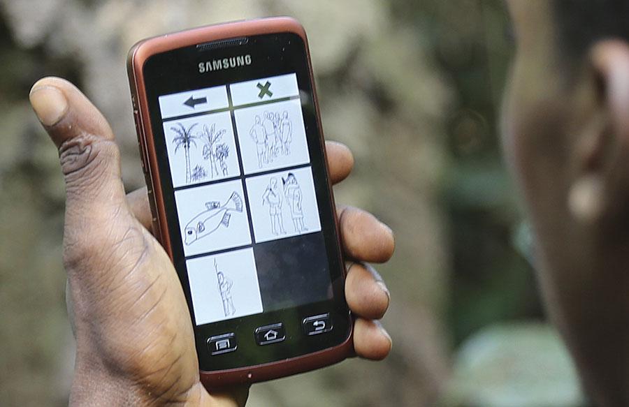 Fot. 2. Korzystając z intuicyjnej aplikacji, Mbendjele odwzorowują swoje plemienne ziemie. (Zdjęcie dzięki uprzejmości Jerome Lewis).
