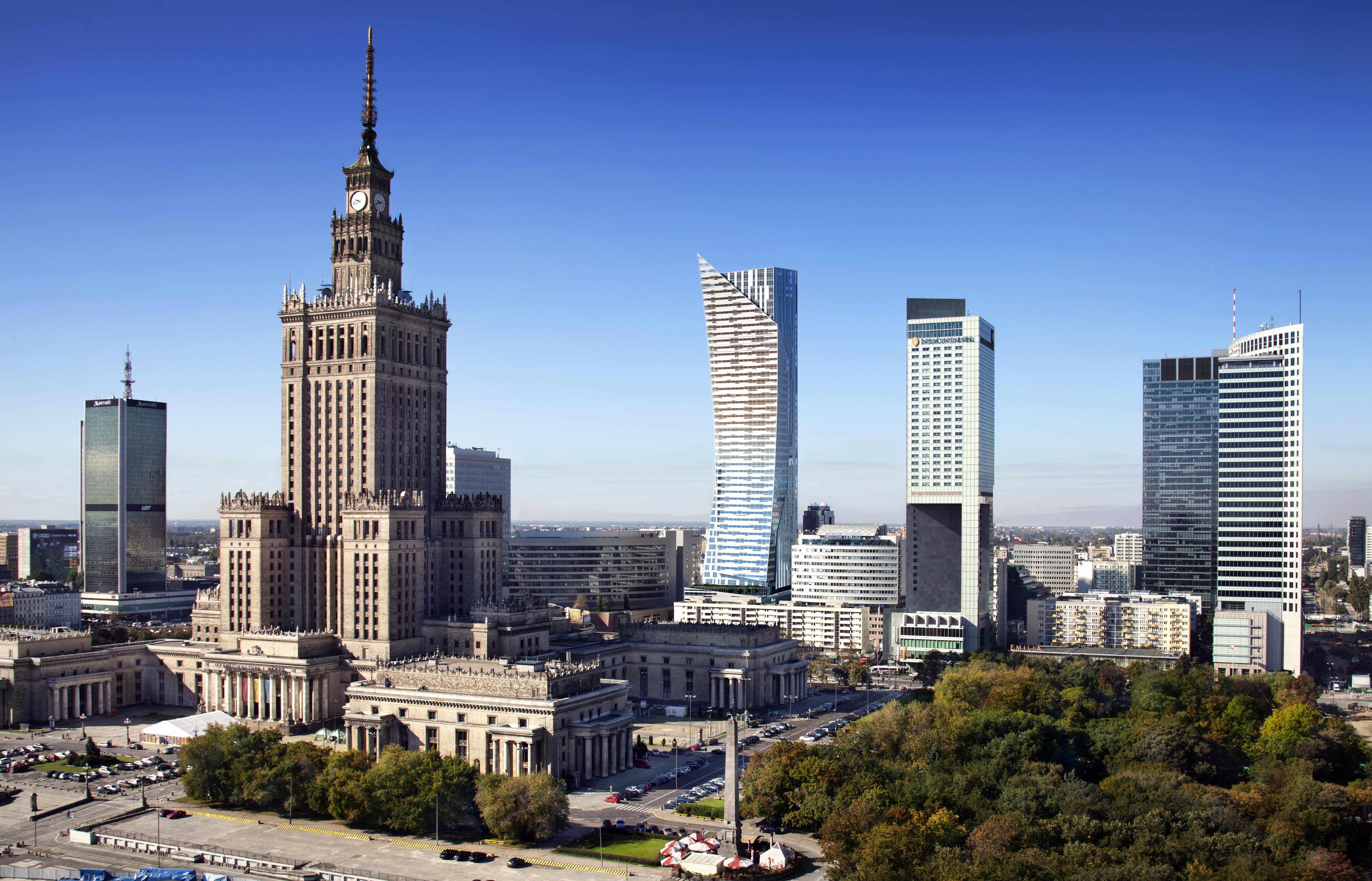Analizy zacienienia wykonane przez autora artykułu powstały z wykorzystaniem modeli budynków trójwymiarowej makiety Warszawy, udostępnionych przez Biuro Architektury i Planowania Przestrzennego m.st. Warszawy. Wizualizacje wieżowca Złota 44 pochodzą ze strony internetowej Orco Property Group.