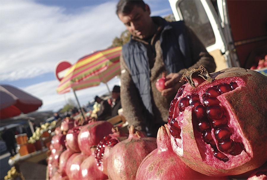 Fot. 2. Granaty na sprzedaż w Zaqatala w Azerbejdżanie. Zdjęcie Paul Salopek.