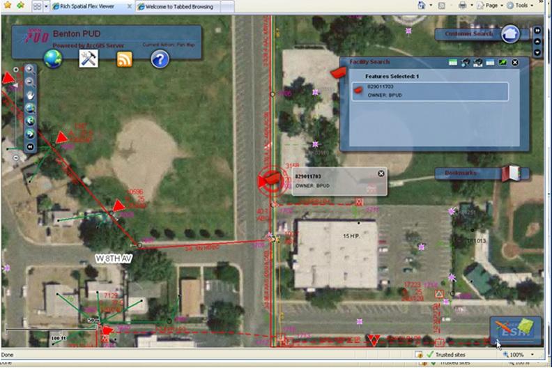 Rys. 2. Okno służące do wyszukiwania infrastruktury. Pracownicy Benton PUD mogą za jego pomocą wyszukiwać na mapie elementy infrastruktury sieciowej, takie jak: słupy, transformatory, przekaźniki, lampy uliczne itp.