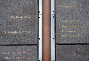 Rys. 1. Fragment linii granicznej między półkulami zachodnią i wschodnią przechodzącej przez oś teleskopu Królewskiego Obserwatorium Astronomicznego w Greenwich.