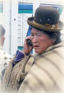 Fot. 2. Ta kobieta z plemienia Aymara z boliwijskiego Altiplano prawdopodobnie nigdy nie widziała telefonu stacjonarnego, ale świetnie sobie radzi z komórką.
