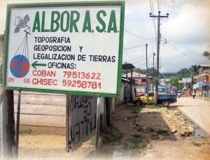 Fot. 3. Ogłoszenie reklamujące usługi geodezyjne i prawne w wyznaczaniu i rejestracji granic działek przy zastosowaniu technologii GPS i GIS. Zdjęcie wykonane w 2009 roku w północnej Gwatemali.