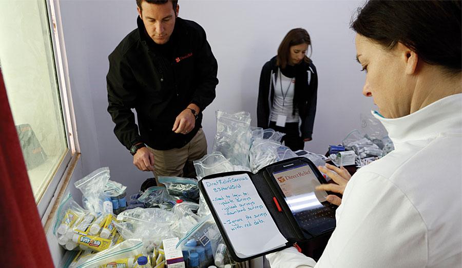 Rys. 1. W kwietniu 2015 r. organizacja Direct Relief brała udział w misji mającej na celu leczenie i dokumentowanie stanu skóry syryjskich uchodźców w Jordanii. Dzięki aplikacji Esri Survey123 for ArcGIS, szybko diagnozowano, leczono i zebrano dokumentację medyczną dla ponad 1200 uchodźców w ciągu zaledwie sześciu dni.