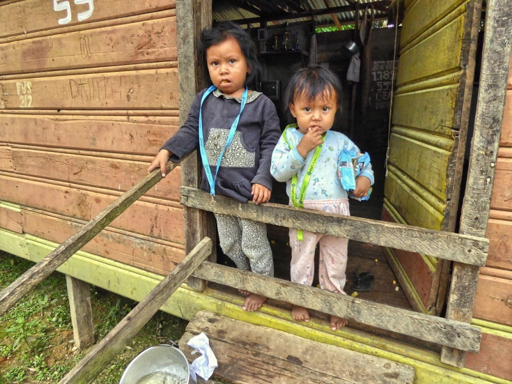 Dzieci z plemienia Ticuna nad Solimões we wiosce Vendaval.