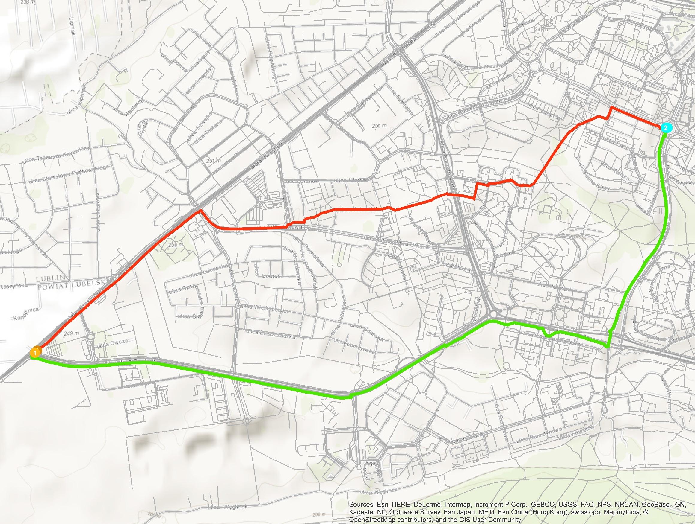 Rys. 4. Porównanie tras przebiegających między dwoma punktami na sieci bez hierarchii (czerwona) oraz z hierarchią (zielona). Trasa zielona w całości przebiega po ścieżce rowerowej.