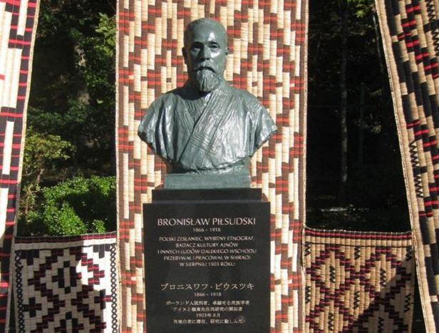 Rys. 4. Odsłonięcie pomnika Bronisława Piłsudskiego w 2013 r. w Muzeum Ajnów na wyspie Hokkaido.