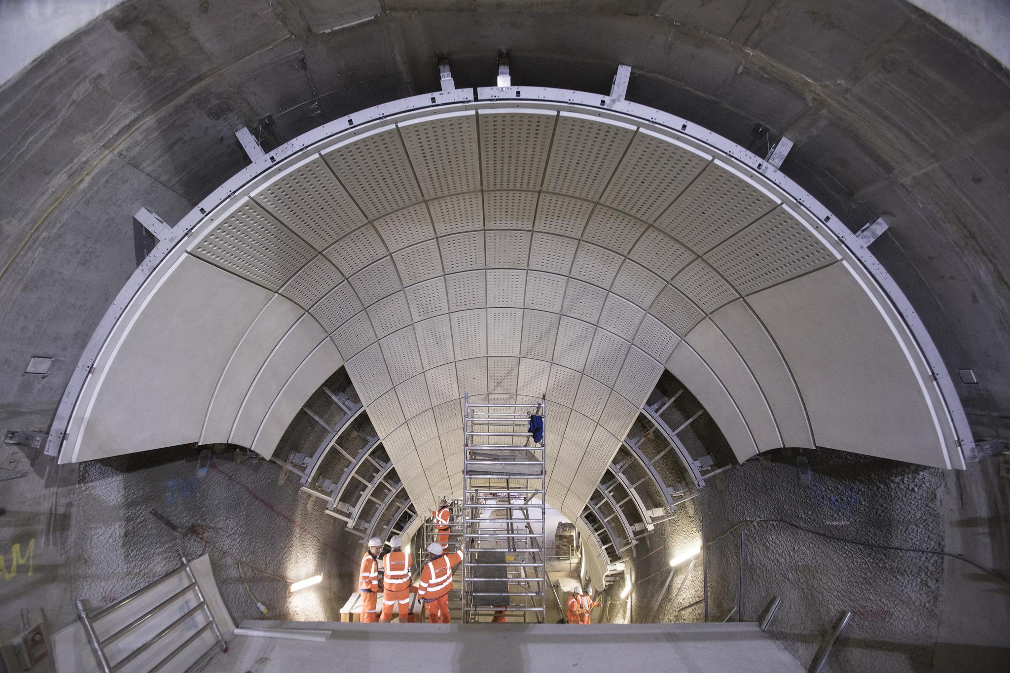 Fot. 2. Stacja Bond Street - panele z betonu zbrojonego włóknem szklanym, podstawa schodów ruchomych. Fotografia pobrana ze strony http://www.crossrail.co.uk/.
