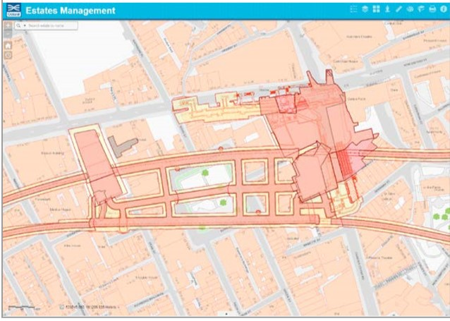 Rys. 1. Stacja Tottenham Court Road widziana przez zespół zarządzania nieruchomościami. Ilustracja przedstawia informacje o projekcie i nieruchomościach, a także o wykonawcach pracujących na tym obszarze