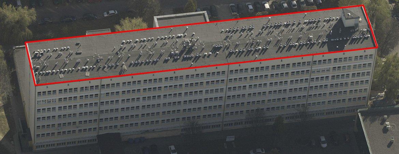 Rys. 3. Przykład dachu nie nadającego się do montażu paneli fotowoltaicznych ze względu na zbyt dużą liczbę instalacji - Lublin, ulica Akademicka 11.