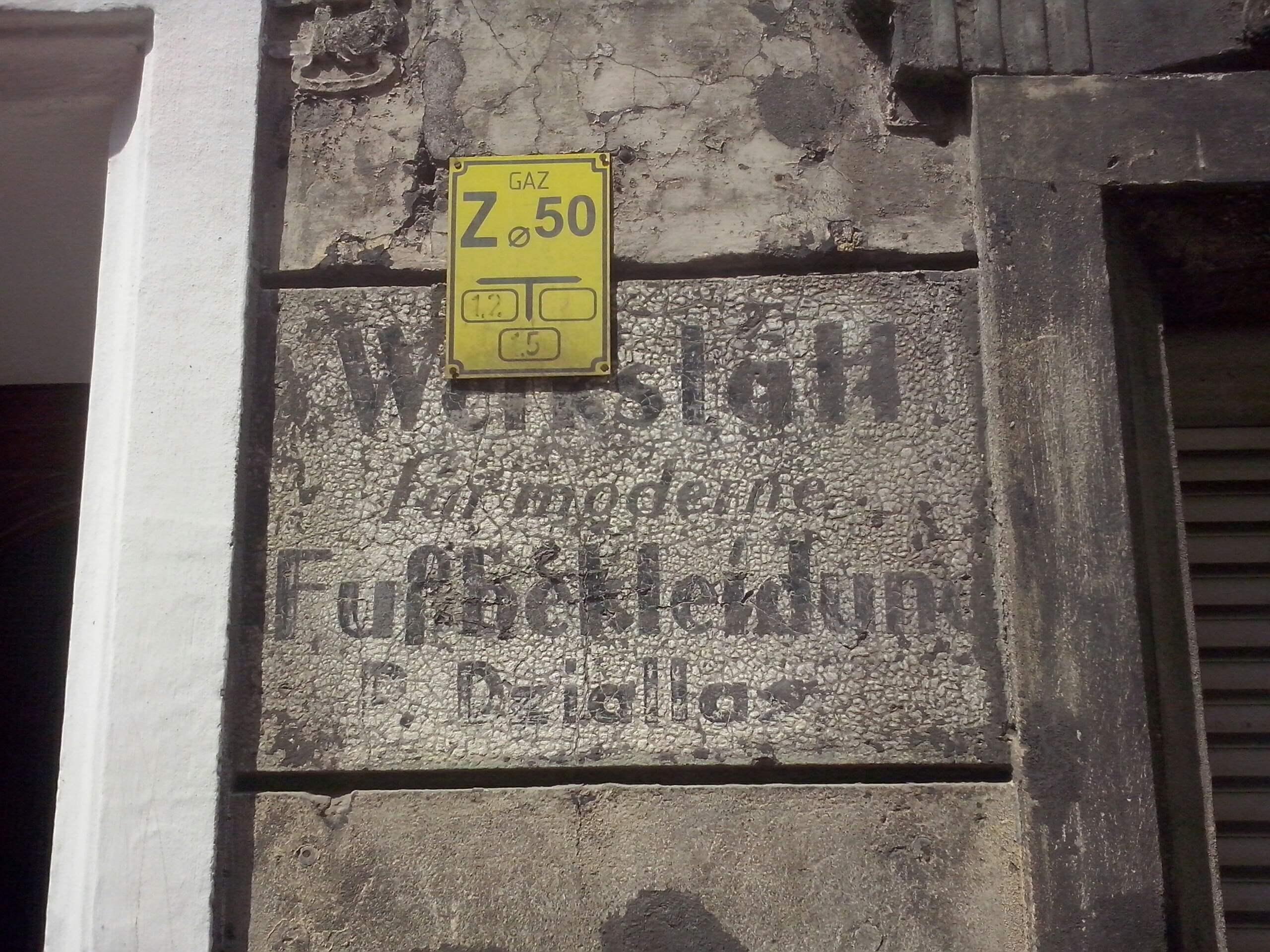 Rys. 2. Napis na ul. Paulińskiej, oznaczający zakład szewski dla modnego obuwia właściciela P. Dzialla, (niem. Werkstatt fur moderne Fussbekleidung, P. Dzialla).