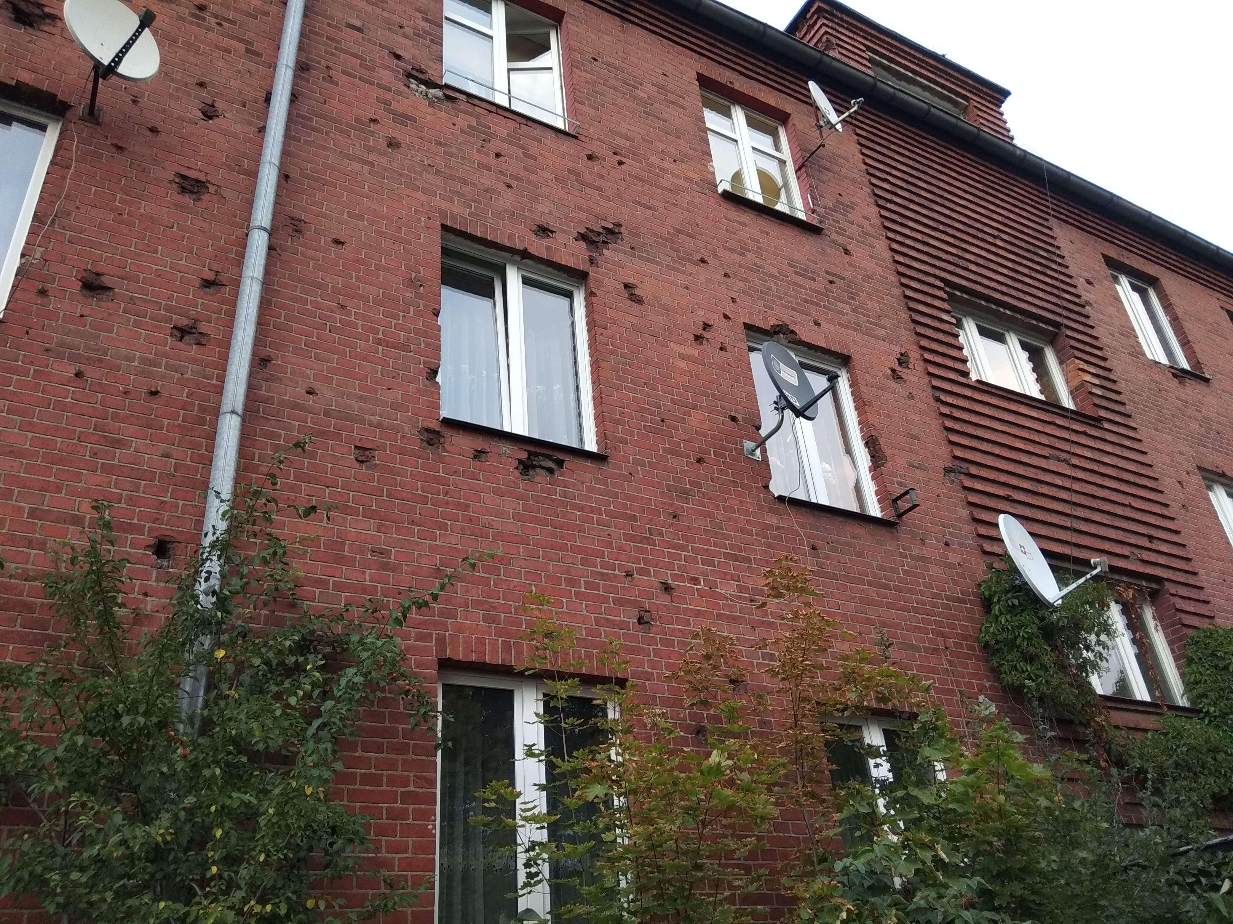 Rys. 3. Zniszczona elewacja budynku – przykład Śladów walk, ul. Hallera. (źródło własne)
