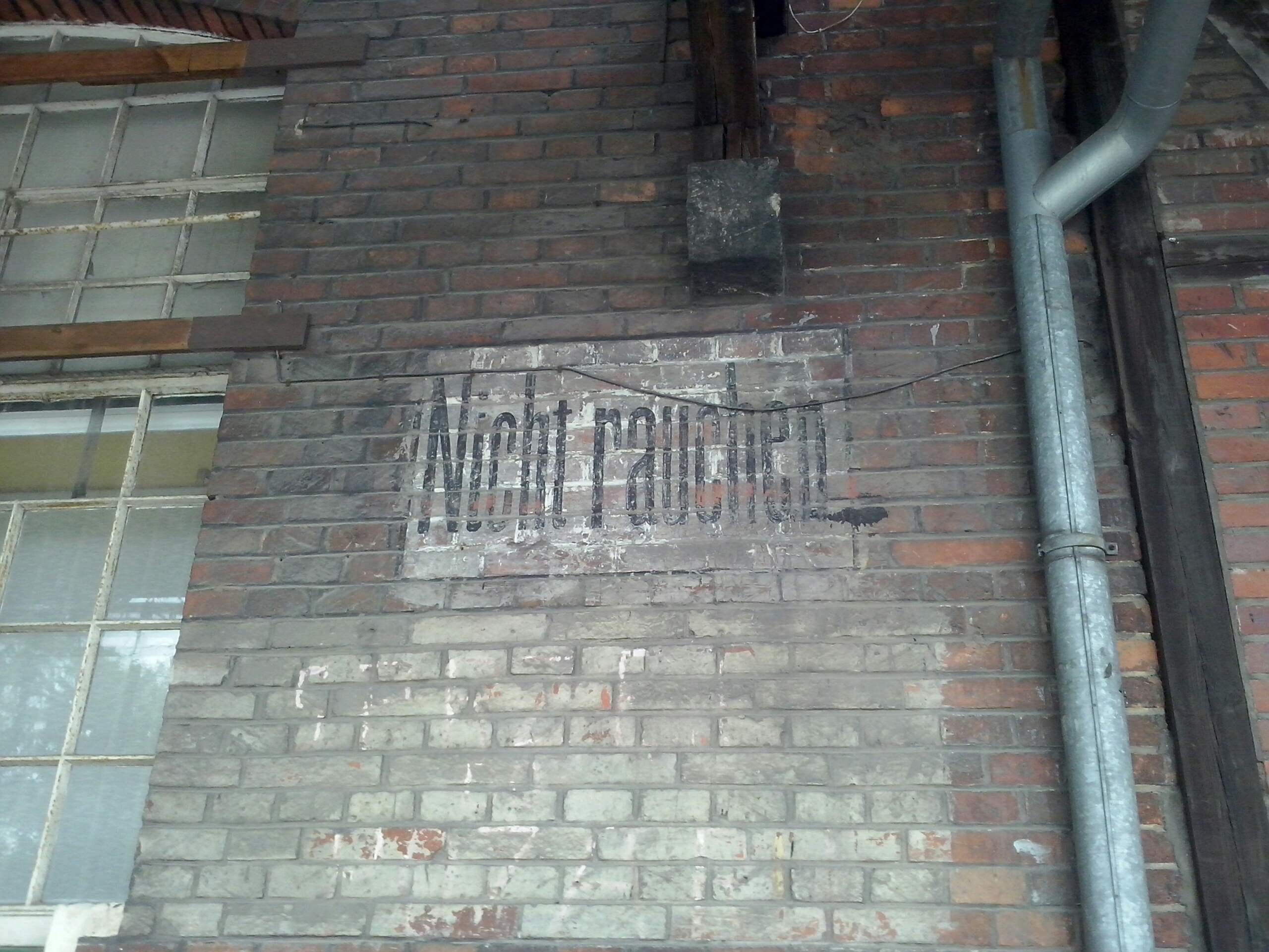 """Rys. 4. Napis """"Nie palić"""" (niem. """"Nicht rauchen"""") na elewacji budynku przy ul. Robotniczej (źródło własne)"""