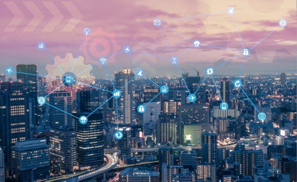 Podobnie jak większość oprogramowania, GIS ewoluował od architektury desktopowej do serwerowej, a także do internetu i urządzeń mobilnych. Chmura geoprzestrzenna przenosi GIS na kolejny poziom, umożliwiając tworzenie sieci systemów.