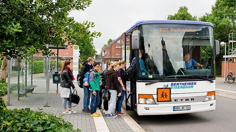 Rys. 1. Uczniowie w drodze do szkoły wsiadają do autobusu w rejonie Bentheim. Mogą teraz ubiegać się o bezpłatne bilety autobusowe online za pomocą Survey123 for ArcGIS. Zdjęcie: Anja Koch, Nordhorn.