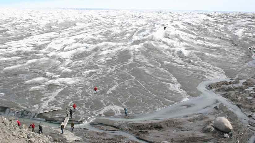 Rys. 2. Szybko topniejący lód na Grenlandii przyciąga uwagę świata, zwiększając liczbę osób odwiedzających tę odległą wyspę.